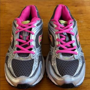Saucony Oasis pink & gray running shoes.